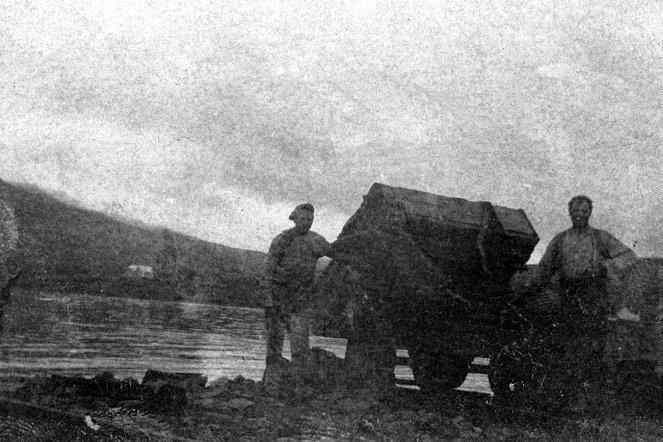 En kassevogn tippes. Vognen forekommer at have større bundflade end normalt, men til gengæld lavere sider. Arbejdet foregår tilsyneladende et stad inde i en fjord? Fot: Arkiv Erik F. Rønnebech.