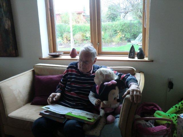 Bedstefar læser