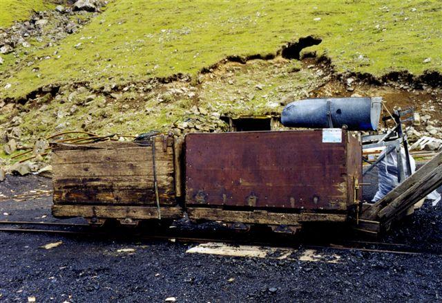 Vogne. Tragten kan bruges til af fylde kul i sække.