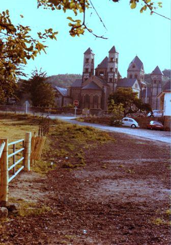 Den romanske klosterkirke Maria Lach ved bredden af søen i vulkankrateret af sammen navn i Eifelbjergene i Tyskland.