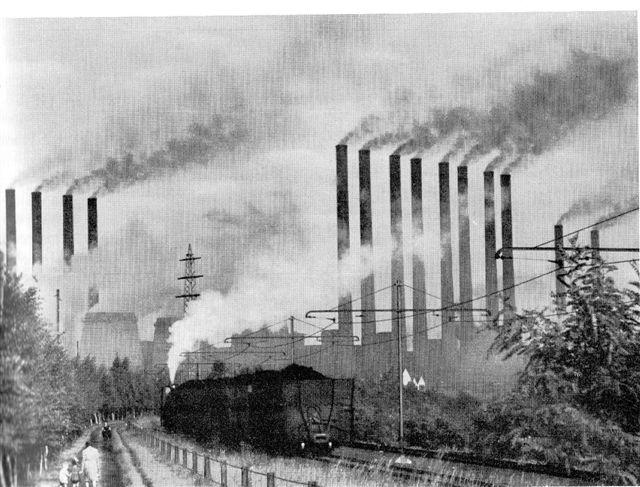 """I det sydlige Ruhr lå """"De tolv Apostle"""" i Opladen. For et par generationer siden kunne antallet af skorstene imponere folk. Siden har jeg set fabrikker med tolv skorstene og egne elektriske jernbaner eller som her med damp, men nu var tiden en anden. Nu tolkes synet ikke mere som toppen af velstand, men som toppen af forurening."""