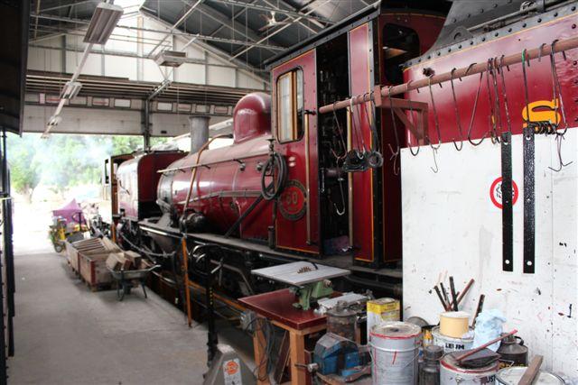 Foruden Lyrskov-lokomotivet var det denne to fods, 610 mm Garrat taget hjem fra Sydafrika, jeg var kommet for at se. Særlig fotogen var den nu ikke her. Den havde fået et Sydafrikans navn, Drakensberg. Den var ikke fra Beyer piacock, som normat byggede disse todelte maskiner, men det var Hanomag 10551/1927.