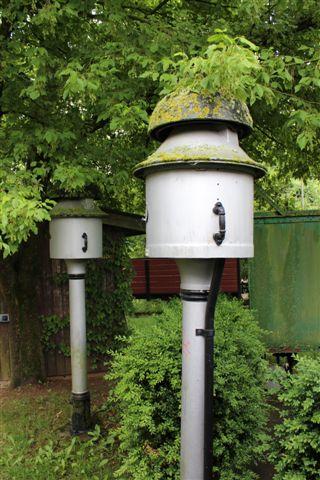 Meldeklokker, som de stadig bruges på Rhätische Bahn. Her opstillet langs banen også til musealt formål.