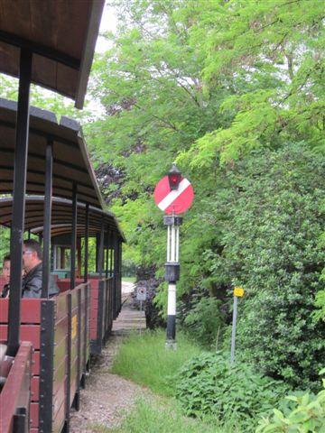 Schweizisk signal. Det viser stop, men dels er det vel kun til museumsformål, dels kørte vi den anden vej.