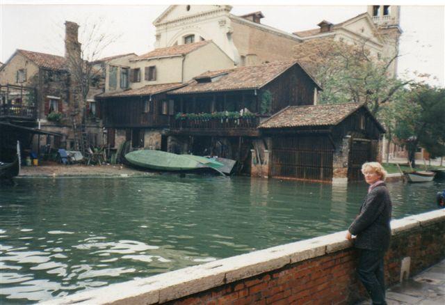 Det eneste sted i Venezia med strandbred langs en kanal. De maleriske gamle bygninger var (havde været?) et gondolværft.