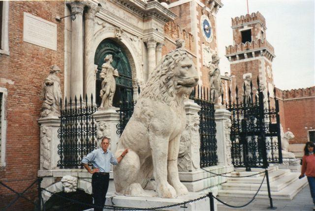 Før 1990 var Arsenalet militært område, men ved mit besøg var det museum, og tilmed var løverne flyttet udenfor, så man ikke mere skulle spørge vagten om tilladelse til at gå ind og fotografere løverne.