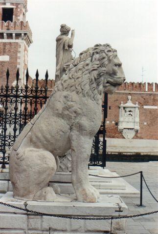 Den ene løve af har, hvis man kigger meget godt efter, nogle farvede smalle bånd på skulderpartiet. Den tidligere markering med sort maling fremhævede nogle runer, som en eller flere formentlig svenske vikinger havde ristet i løven, mens de omkring år 1000 gjorde tjeneste som livvagter for Det østromerske Riges kejser i Konstantinopel eller Miklagård, som vikingerne kaldte byen med de mange navne. Foruden Miklagård og Konstantinopel også Byzans og Istanbul alt efter tid og religiøs overbevisning.