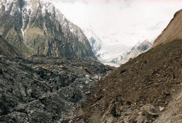 En gletscher i Pakistans del af Himalaya. Den er helt dækket af nedfald, så det er svært at se, hvornår man går på den faste klippe og, hvornår man er ude på gletscheren. Nær gletscherens nedre ende revner den ofte, men formentlig undgik de trådte stier over gletscheren gletscherspalterne, men man ved jo aldrig. Udsynet over gletscheren var også bedre højere oppe igen, så jeg vendte her. Hvis du under dig over alt det, der ligger oven på gletschere, så betænkt, at det meste af Danmark er kommet fra Skandinavien på denne måde! Lokalt kaldte de indfødte den for Hopargletscheren. I virkligheden løb mindst to gletschere sammen højere oppe.