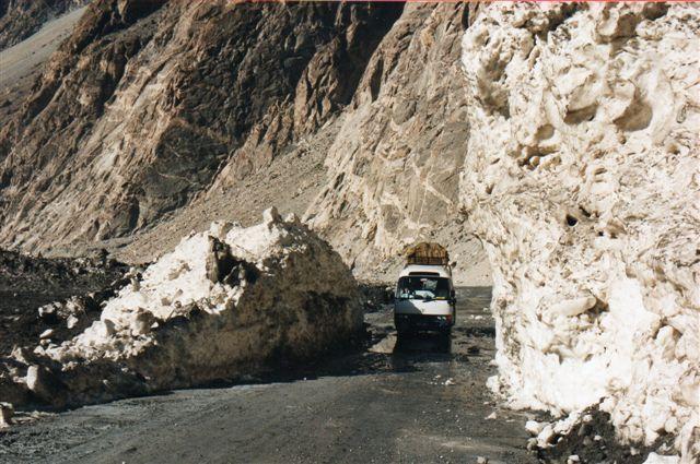 Her kører en bus gennem en sprængt passage i en gletscher i Pakistan. Jeg afstod fra at køre med, steg ud ad bussen og gik uden om uden at træde på isen. Bussen kørte på ren is, ikke på den vej, der havde været der, for den var forlængst fjernet af isen. Klimadebatten kom omgående frem. Gletscherne breder sig i Himalaya, de smelter ikke, som påstået, vil klimaskeptikere omgående hævde med dette billede som bevis. Enhver kan jo se, at gletscheren er blevet større. Imidlertid er mit billede et bevis for netop de vigende gletschere! Forøget afsmeltning som følge af varmere klima har fået gletschere til at galoppere på de forøgede smeltevandmasser, de hviler på. Det er altså gletscherens sidste krampetrækninger, man her ser. Gletscheren er formentlig Baturagletscheren eller en nabogletscher.