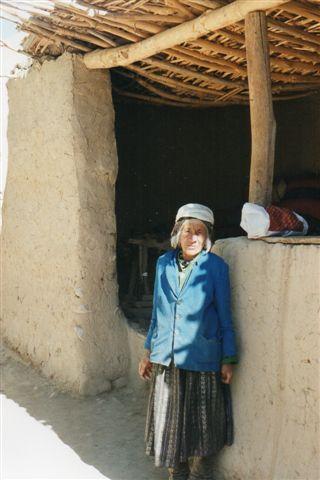 Fruen i huset. Hun er næppe særlig gammel, men et liv i 4200 meters højde sætter tidligt sine spor. Vi havde gigt-naturmedicin med til hende fra Pakistan, der derfor var vi ventet.