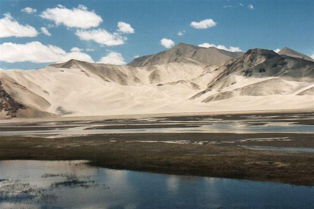 Nogle steder var der på en gang ørken og et vandlidende landskab. Da oversvømmelsen her har afløb, er der ikke tale om salt som hindring for plantevækst. I søen burde tranerne havde gået, men her var kun ørne.