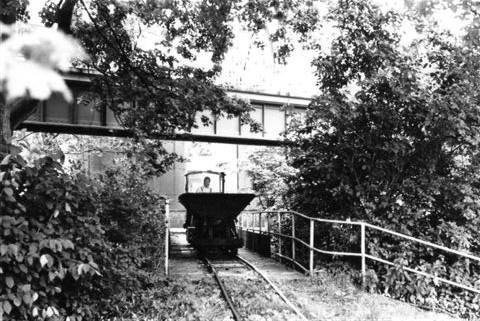 Transporten mellem mose og klinikens teknikrum blev varetaget af en tørvebane i 600 mm spor.Toget passerer her en bro over en flod og fører unden en bro for den tidlige metersporede Kleinbane i Bad Eilsen. efter denne banes lukning er der nu fodsti her.