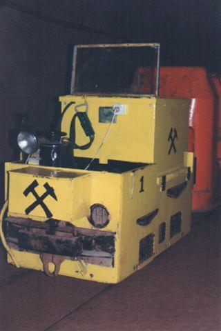 DBK 1 uden data. Akkumulator. Formentlig 500 mm sporvidde. Lokomotivet overtog den videre transport inde i minen.