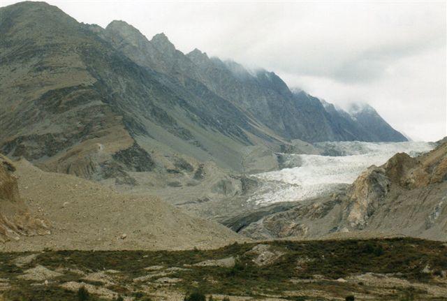 Set på afstand ser er gletscher både overskuelig og fredelig ud. Vi er ved Ghulkingletscheren i det nordøstligste Pakistan 1999.