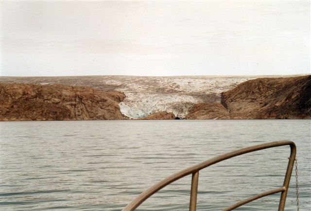 Den smule gletscher kunne da ikke være farlig? Den har ikke noget mig kendt navn, men den ligger ved Bredefjord, Ikerssuaq nær Narsaq i Sydgrønland. 2005.