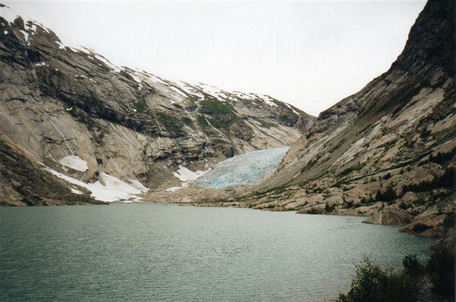 Norge 1993. Nigardgletscher en del af Jostdalsbræen. Isens konsistens og lyset gjorde bræen blå. Den var spærret af, så man ikke kunne komme hen og røre ved den.