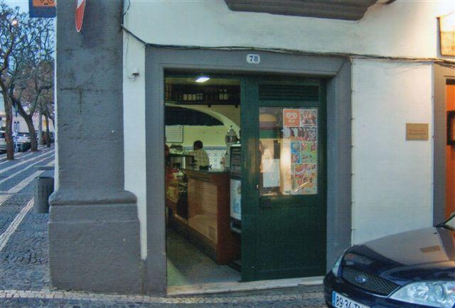 At der var et spisested her, var ikke til at gætte, hvis man ikke lige vidste det. Der var intet skilt med restaurant og intet spisekort ude. Man skulle ind bag bardisken! Vi er i Azorernes hovedstad Ponta Delgada på hovedgaden.