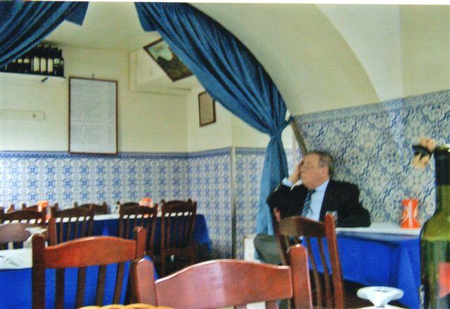 En af gæsterne er fladt i søvn efter to flasker rødvin. På væggen en af tavlerne med spisekort. Der var andre gæster i lokalet, men vi fotograferede uden om dem.