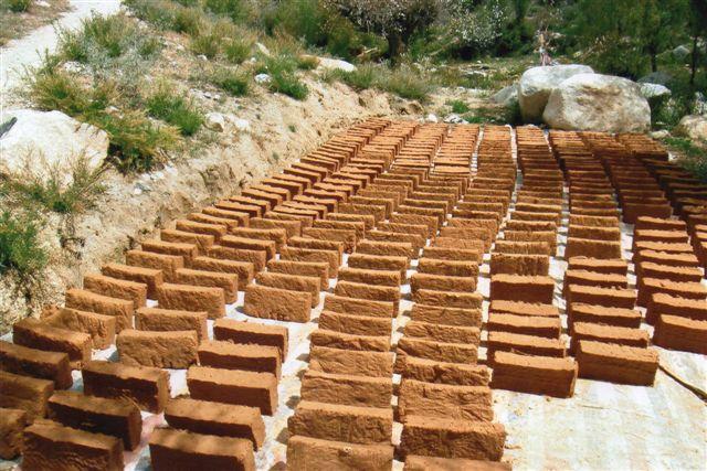 Klodserne er ikke mursten, men rå røgelse klar til salg efter tørring i solen.