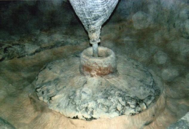 Kornmøllens kværn i nærbillede. Skætmøllen fandtes under kværnen.