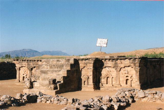 I Sirkap ved den gamle by Rawalpindi og den nye pakistanske hovedstad Islamabad ligger denne udgravede buddhistiske stupa med en bevaret sokkel fra 200 tallet f. Kr. Her ses både en dobbelthovedet ørn, et relief i tydelig hindustil, et andet i buddhistisk stil, mens det sidste relief viser en græsk trekantet tempelgavl, som vi i vores bygningskultur har brugt helt til starten af 1900-tallet. Billedet er fra Pakistan i 1995.