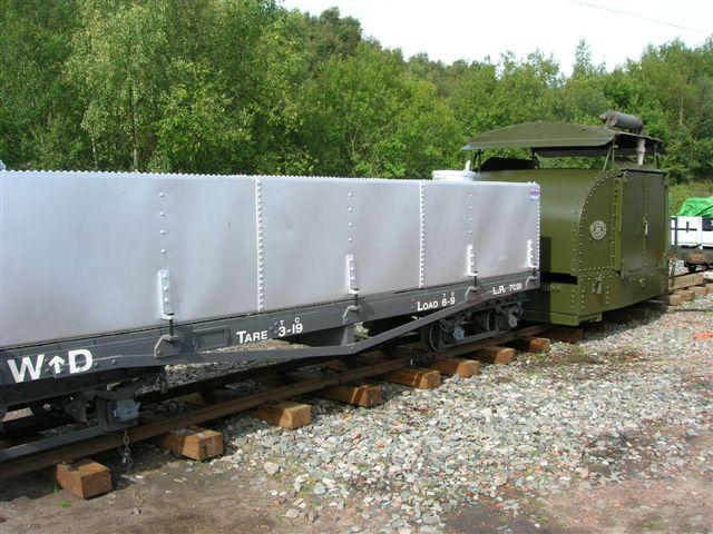 Her ses også hos Apedale nyrestaureret materiel til udstillingen om verdenskrigen. Både vognen og motolokomotivet, det sidste endog i hærens normalfarve har deltaget i krigen.