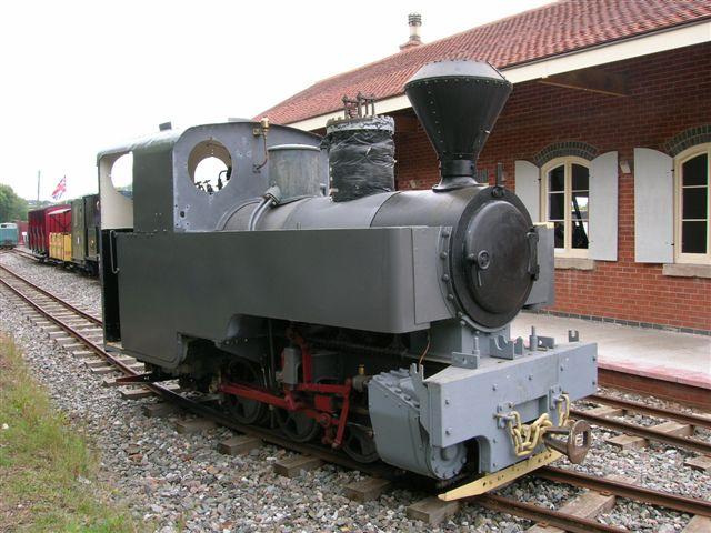 I UK måtte måtte man hjælpe franskmændene med at bygge lokomotiver til militærbanerne. Dette lokomotiv er således britiskbygget, men i sporvidden 600 mm og ikke 2 fod og leveret til Frankrig og senere hentet hjem og sat i stand på Apedale banen.