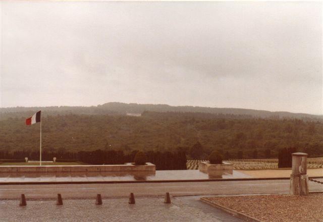 Foran Benhallen lå en kirkegård med 12 000 identificerede franske soldaters grave.