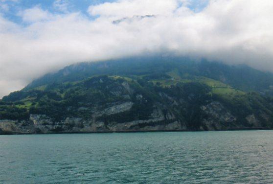 Vandretliggende væltede folder i en bjergvæg ved Vierwaldstättersøen. Skubbes der på folderne, kan de skubbes både tyve og tredive kilometer hen over det underliggende bjerglandskab.