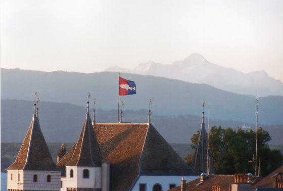 """Europas højeste top Mont Blanc (4810 meter) set fra Nyon ved Genfersøen. Elbrus (5642 meter) er godt nok højere, men Kaukasus regnes åbenbart ikke med til Europa, eller toppen ligger på den """"forkerte"""" side af grænsen Europa/Asien."""