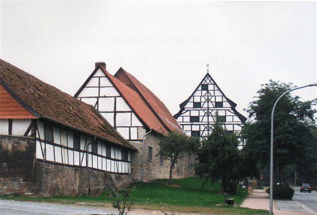 I byen var der et større gods med nogle imponerende bindingsværksbygninger. Hovedbygningen var dog ikke noget at skrive hjem om.