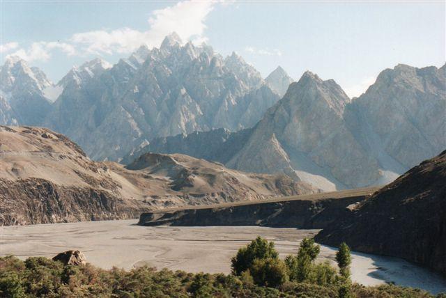 Pasukathedralen kaldte nogen disse forrevne toppe i Karakoram nær Pasu. Et klippeskred havde holdt floden tilbage, men efter overløbet fyldtes dalen med grus, hvorpå der var anlagt en landingsplads for små fly. Da jeg vendte tilbage fem år senere, havde floden igen ryddet dalen for grus og landingsplads. Pakistan 1995.