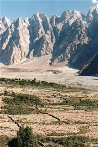 En dal nær kathedralen havde spor efter tidligere opdyrkning, men de omgærdede marken var ikke opdyrket, og her boede ingen. Hvilken naturkatastrofe, der her sket, kan jeg intet finde om. Pakistan 1995.