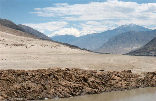 Fjernt i baggrunden anes her Verdens niende højeste bjerg, Nanga Parbat, 8126 meter. Vi er 100 kilometer fra den. I luftlinje. Tættere på forsvandt den bag andre bjerge. Pakistan 1995. I Himalya og i Grønland har jeg kunnet se så langt. I Danmark på en god dag højst 30 kilometer!