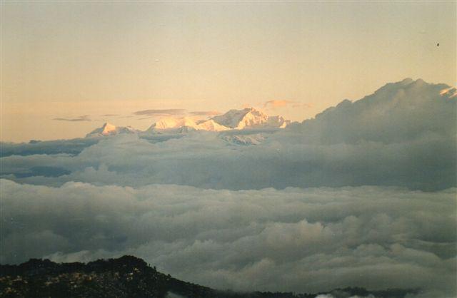 Verdens tredje højeste bjerg, Kanchanjunge, 8586 meter. Vi er i Ghoom ved Darjeeling i Indien 2001. Jeg havde i øvrigt den samme udsigt fra mit værelse i Darjeeling, men kun når fotografiapparatet ikke var i nærheden. Når bjerget så et fotografiapparet,trak det fluks en sky for.