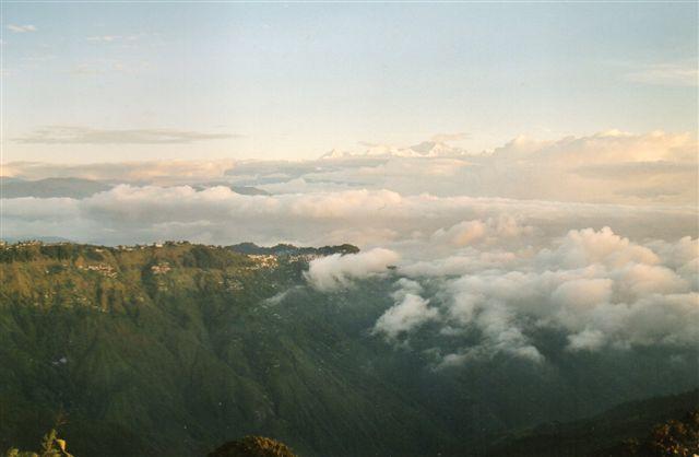 Her sås Mont Everest, 8848 meter i det fjerne, indtil jeg fik fisket fotografiapparetet frem. Så lagde skyerne sig og blev liggende. Vi er i Ghoom ved Dardjeling i Indien 2001.!