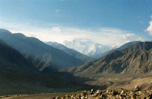 Mens det foregående foto var set fra syd i 1995, tog jeg 1999 et foto af jordens hurtigts voksende bjerg, Nanga Parbat fra nord. Igen på 100 kilometers afstand. Denne gang var jeg sydgående, og 50 kilometer før bjerget, tog jeg endnu et foto, men så var det også slut.