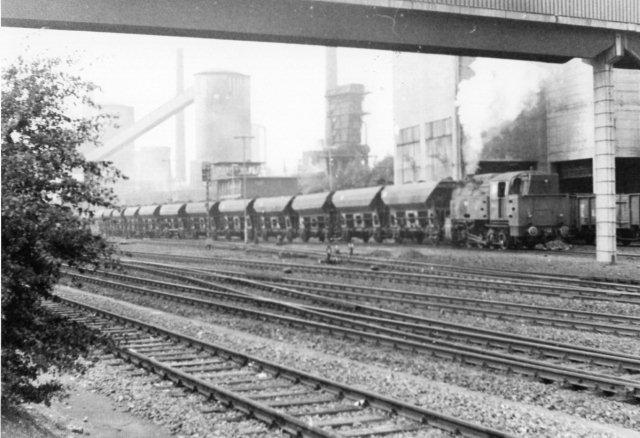 Anna 10, Schwartzkopf 9963/1930. Det var et ELNA-lokomotiv, og det havde kørt som Hersfelder Kreissbahn som nr. 2. Den trækker her af med 34 styk fireakslede kul eller koksvogne. ELNA er her ikke et pigenavn, men en forkortelse af en betegnelse for et standardprivatbanelokomotiv. ELNA står for Engerer-Lokomotiv-Normen-Ausschuß. Der var flere størrelser af standarden. Denne er model 6, den største.