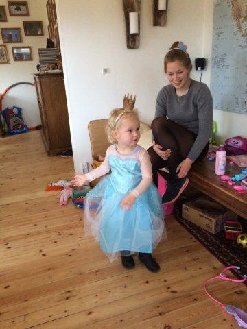 I årets første halvdel var jeg meget i København, og vi passede ofte Signe. Her er vi til hendes tre års fødselsdag. Hun har (ikke af os) fået et prinsessekostume, og nu poserer hun. Gad vide, hvor hun har lært det henne?