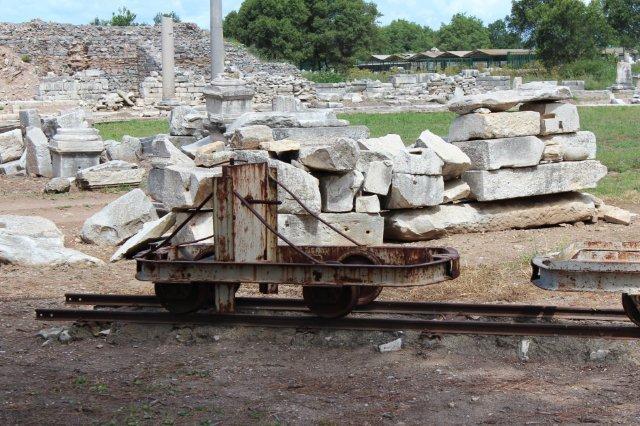 Her er vi i Efesos, en gammel græsk by. Havnen sandede til og engelske jernbaneingeniører opdagede tusinde år senere byen under mindst ti meter sammenskredet bjergside og begyndte en udgravning i deres fritid. De var i Tyrkiet for at bygge jernbaner. Senere tog tyskere og østrigere over, inden tyrkerne meget senere selv overtog udgravningerne. Materiellet er formentlig fra de tyrkiske udgravninger efter anden verdenskrig? Vognens konstruktion forstår jeg ikke helt. Akselafstanden er ikke symetrisk. Nogle vogne førte fodbremse. Bortset fra at disse vogne ikke kører med jord, aner jeg ikke, hvad de har været brugt til.