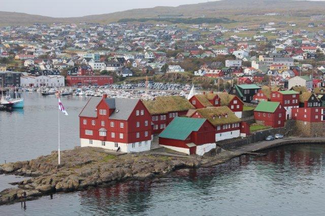 Tórshavns centrum Tinganes med tingstedet lige så gammelt et demokrati som på Island og byen statelige gamle huse yderst på næsset. Billedet er taget fra skibets øverste agterdæk.