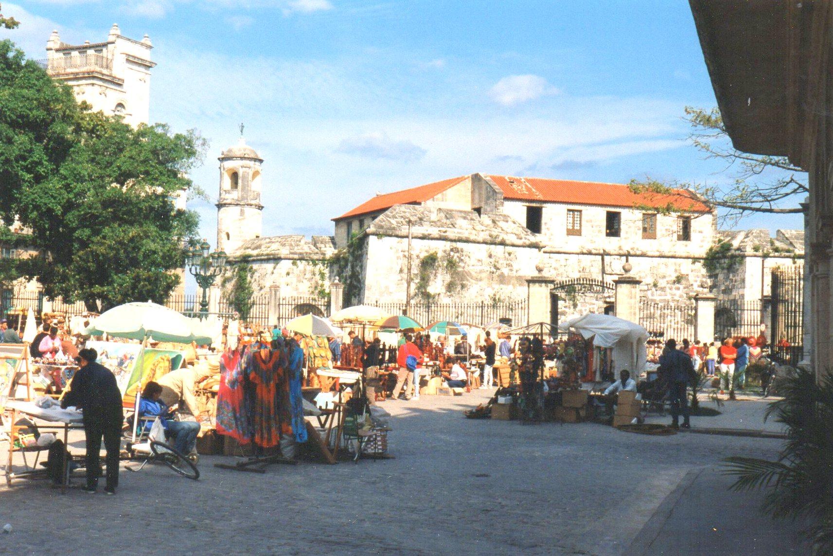 Privat marked på Plaza de Armas i Havana. I baggrunden Castillo de la Real Fuerza bygget 1538 - 77. Det var på dette marked jeg løb på en stadeholde, der talte et sprog, jeg også forstod, og som mellem linjerne gav mig noget viden om forholdene på Cuba på den tid.