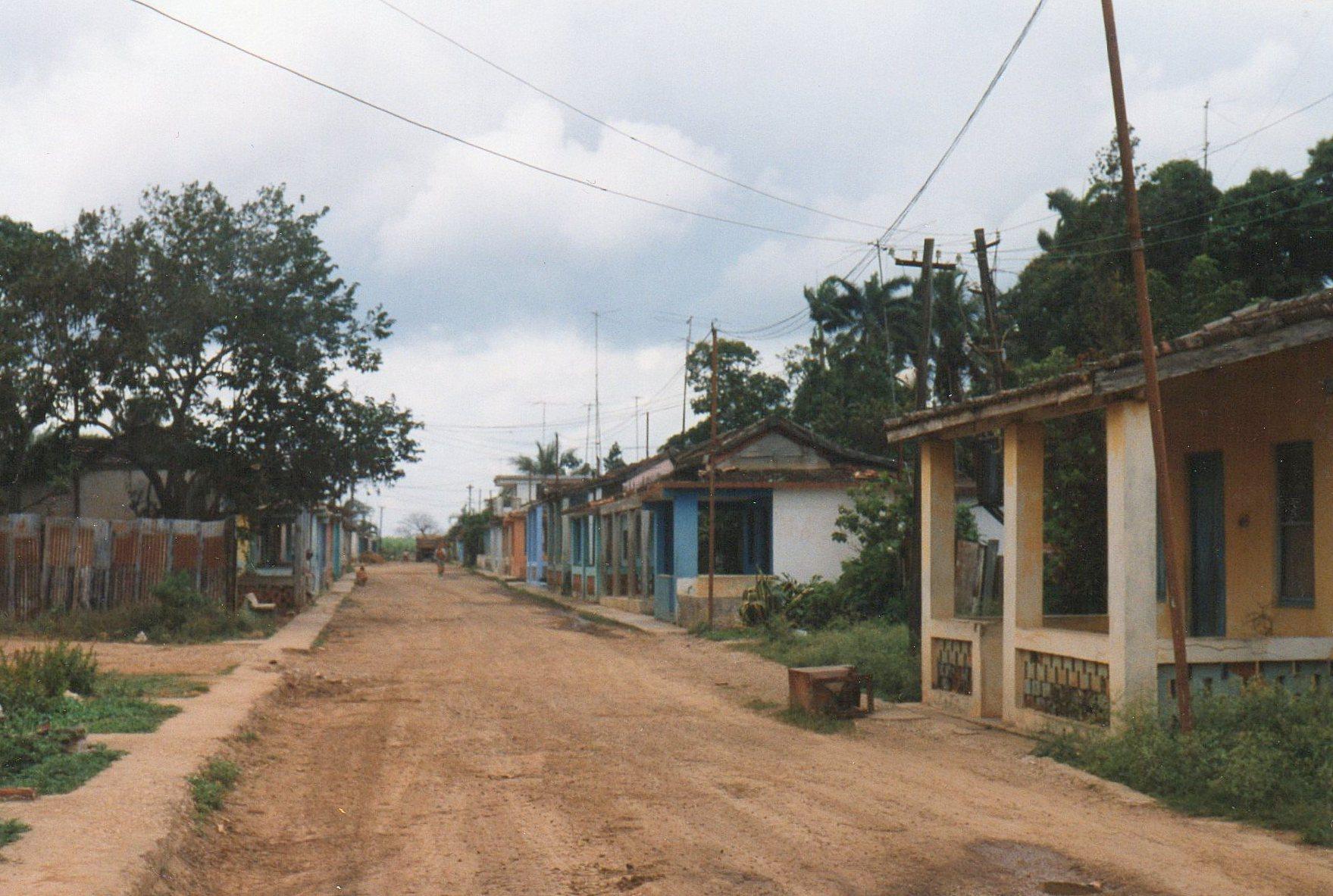 Arbejderhusene til Central (sukkermølle) 201 Amistad con los Pueblos. Møllens navn betyder Venskab med Folkene, eller på østtysk, Völkerfreundschaft. Husene er små, og der er ikke asfalt på vejen. Ofte var der køkken i det fri. Som i USA fandtes en overdækket veranda ud mod vejen, hvor husets beboere sad i deres lænestole (af træ) og betragtede verden. Mange havde hunde, som man anbragte på det flade tag, når man var hjemme.