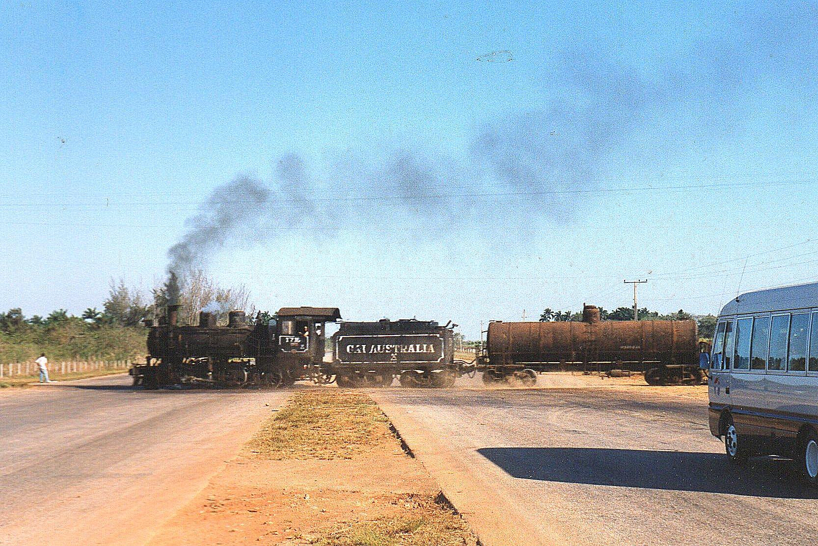 1600 ton sukkerrør og gammelt jern drøner over en firesporet motorvej vest for Central 303 Australia. Bussen er vores. Ellers var der ikke andre kørende på vejen.