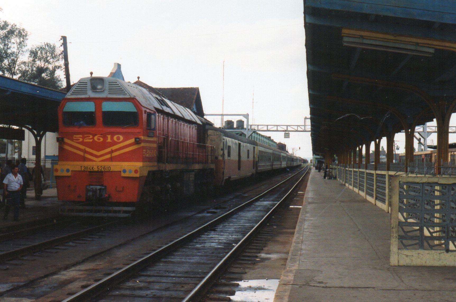 Lokomotivet så anderledes ud fra modsat ende. Det ses her i Santa Clara, hvor vi stod af.