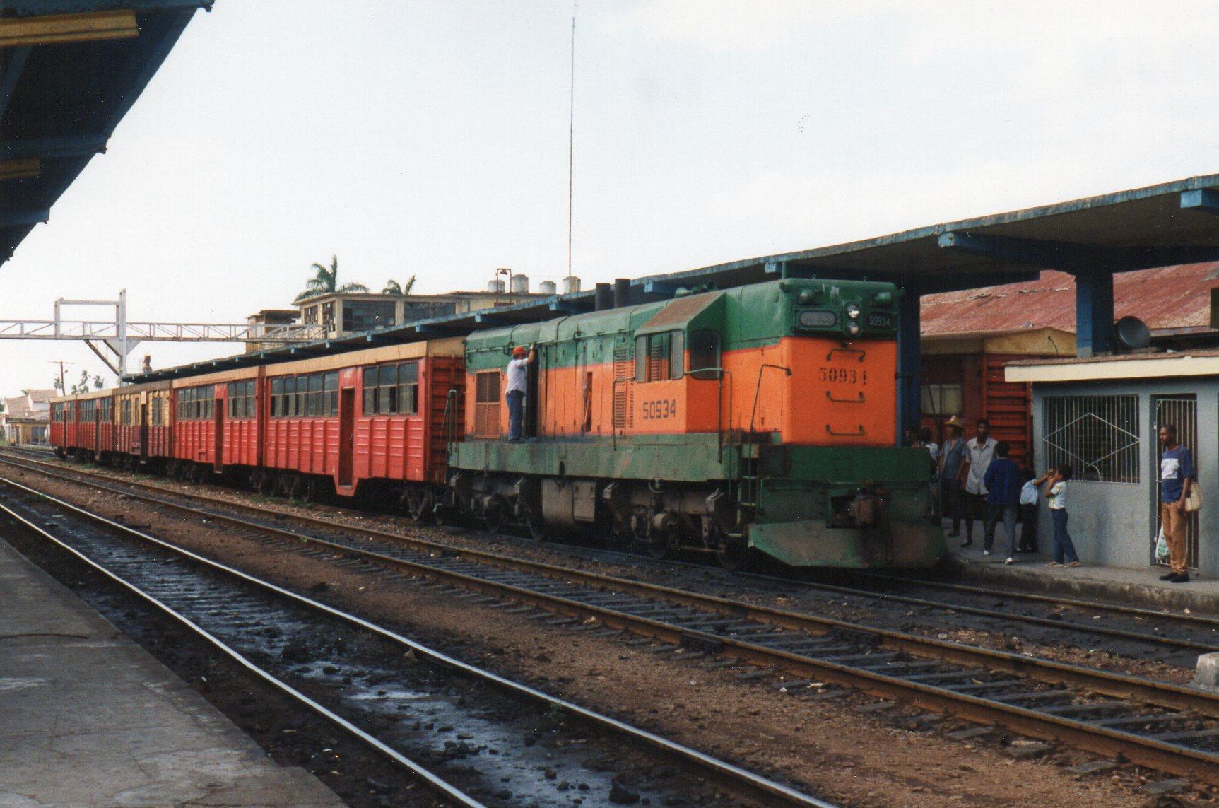 I Santa Clara holdt også FCC 50 943. 72 t. 820 hk. Bygget af GM i 1955. Personvognene er ombyggede sikkert rumænske godsvogne.