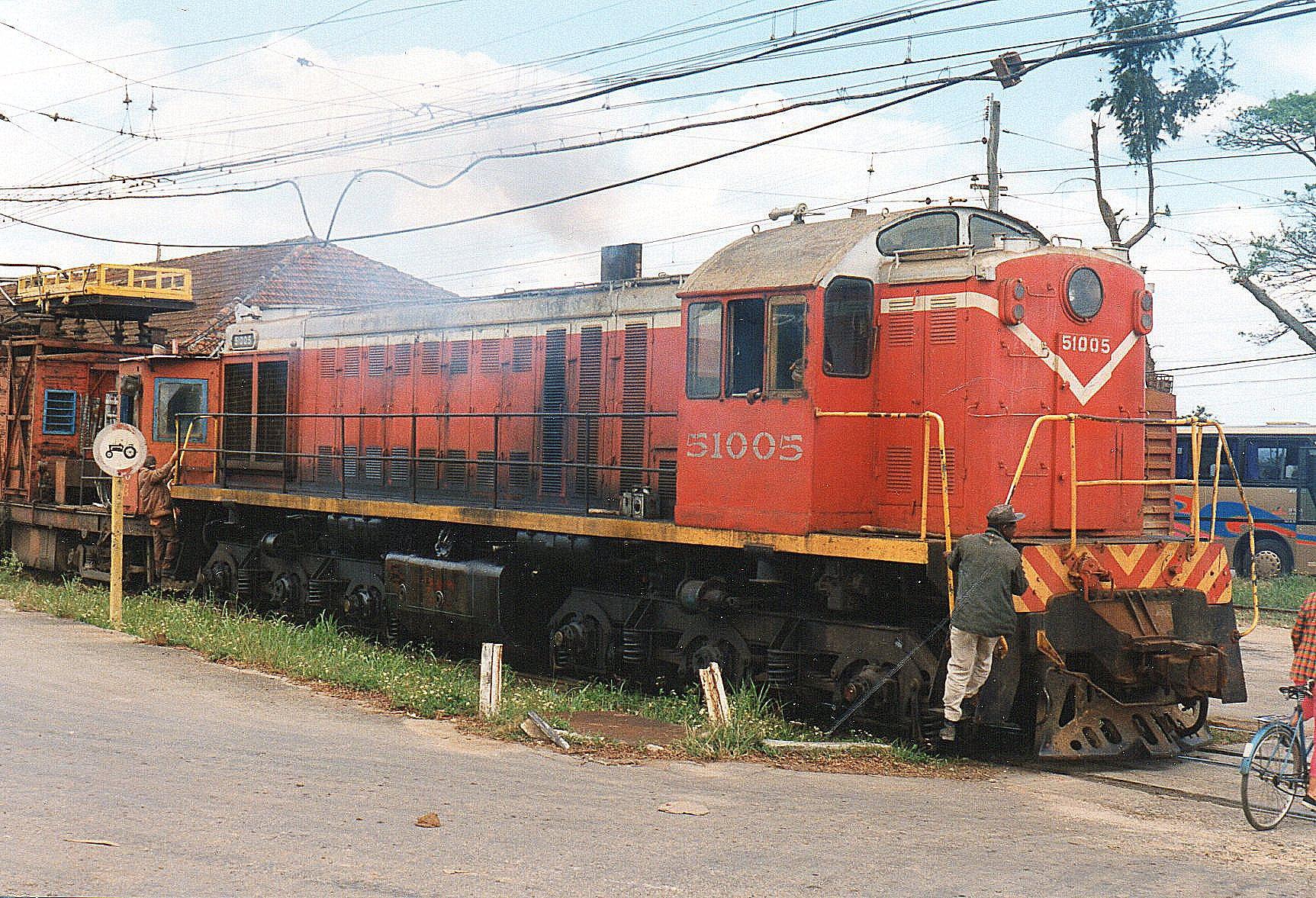 I Camilo Cienfuegos på Hersheybanen mødte FCC 51 005. Den var bygget i UUSR 1964 vejede 120 t og præsterede 100 hk. Den ses her med et banetjenestetog. Senere samme dag så jeg sen samme sted med et tog med tankvogne. (Olie eller sukkersaft?)