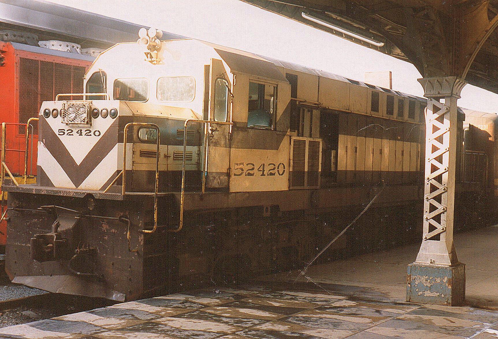 På Havanas hovedbanegård sås både FCC 52 412, 52 414 og her 52 420. De er godt nok fra GM, men bygget i Montreal og sendt til Cuba fraCanada, der var mere liberale over for Castro. De er bygget 1975, vejer 112 t og har 2600 hk.