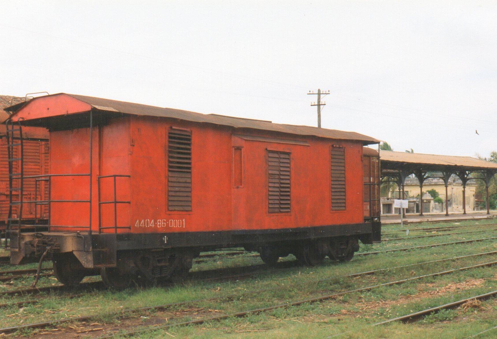 Pakvogn eller godsvogn, måske en togførervogn tilhørende FCC eller måske MINAZ. Selv om den allerede dengang tilhørte en svunden tid, er den ikke uden charme.