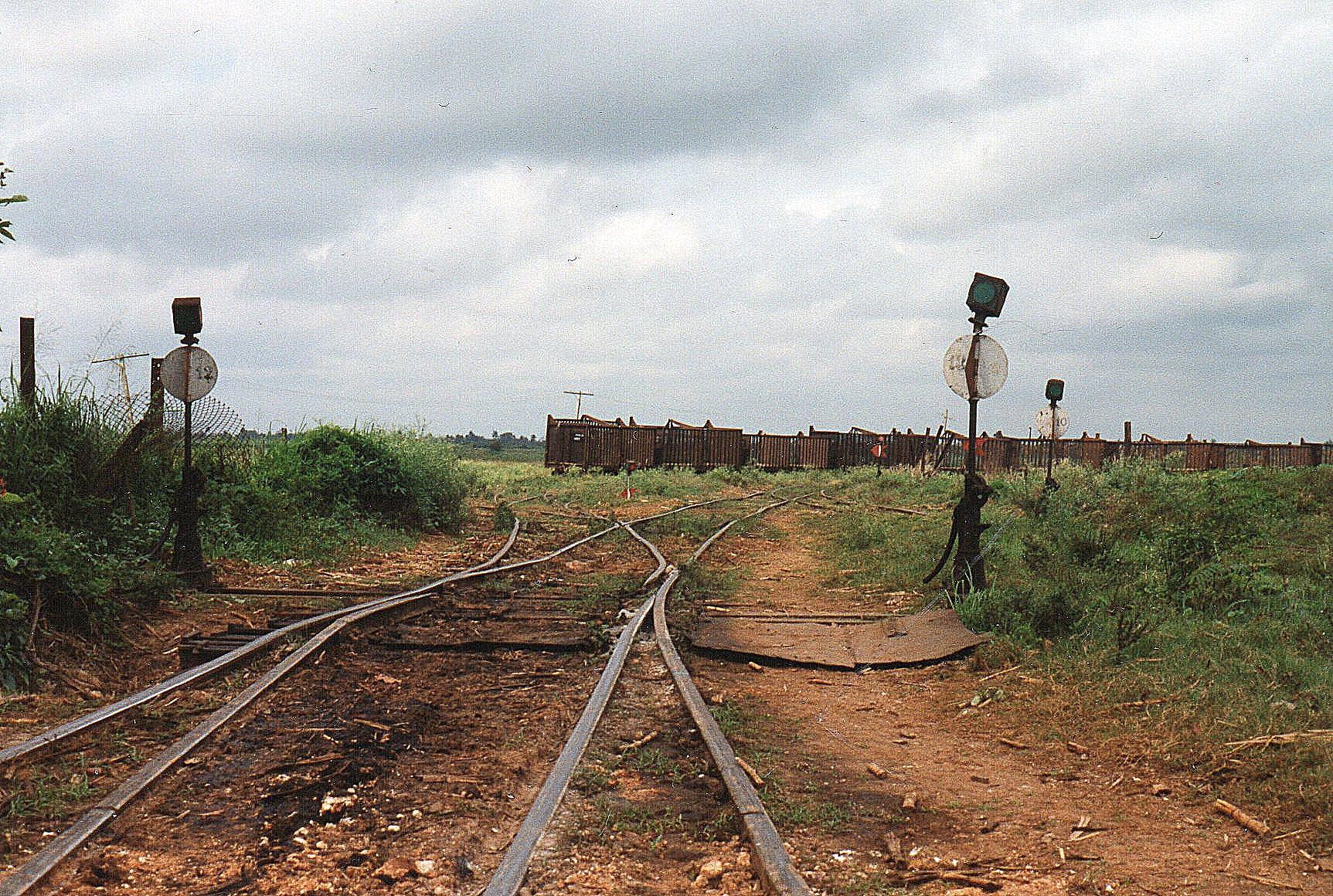 Ikke alle steder ved MINAZ lå sporene lige pænt, Ikke desto mindre kørte med lokomotivet og en hjemmelavet togførervogn med et stort hul i gulvet en kilometer ud ad linjen. Det ville de ikke have ekstra for ud over drikkepenge.